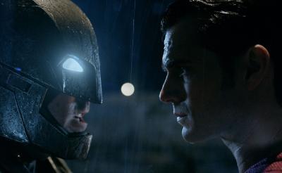ガチンコすぎて街がメチャメチャ! 『バットマン vs スーパーマン』特別映像で2大ヒーローが本気バトル