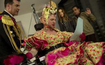 【4月公開】サイモン・ペッグに何があった? 全知無能コメディ『ミラクル・ニール!』の場面写真が意味不明すぎる
