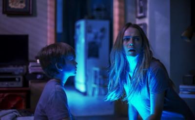 電気を消すたびナニカいる…… 1億5000万回再生されたトラウマ動画を映画化『ライト/オフ』 製作はジェイムズ・ワン[ホラー通信]
