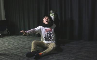"""映画『ミュージアム』のカエル男が編集部に""""私刑""""執行しにやってきた! 「さあ、お前の罪を……」"""