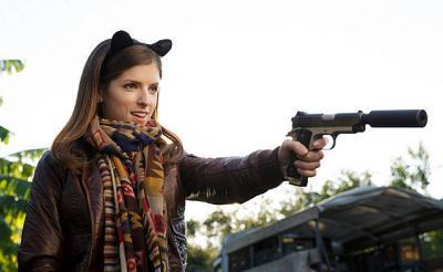 アナ・ケンドリックの暗殺能力覚醒! 『バッド・バディ!私とカレの暗殺デート』ナイフを華麗に操る本編動画