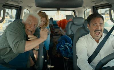時速160kmでブレーキ故障!からの爆笑ドライブ! 密室コメディ『ボン・ボヤージュ~家族旅行は大暴走~』メイキング動画