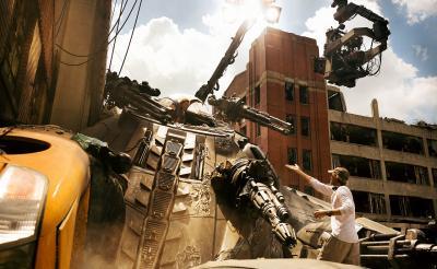 『トランスフォーマー』マイケル・ベイ監督が限界超え宣言! IMAX 3D撮影の舞台裏に迫る特別映像