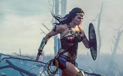 【映画クロスレビュー】『ワンダーウーマン』ダークになりがちなDC映画に光をもたらした強く美しい女性ヒーロー!