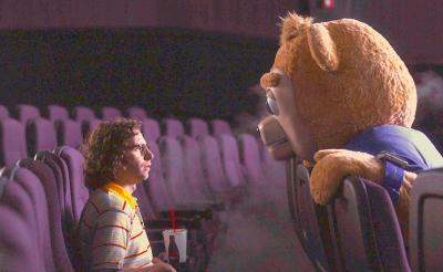 誘拐犯に育てられた青年は、奇妙なクマの教育番組しか見たことがない―― SNLスタッフが贈る不思議な映画『ブリグズビー・ベア』日本上陸