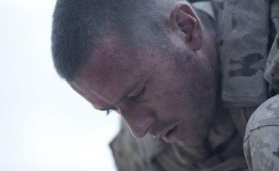 """一歩動けば""""即""""死亡 追い詰められた兵士の極限のシチュエーションスリラー『ALONE/アローン』予告編[ホラー通信]"""