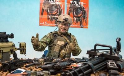 小型ドローン・体温を消すウェア・スナイパーライフル……最新軍事兵器で人間は宇宙最凶戦士『プレデター』とどこまで戦えるのか?