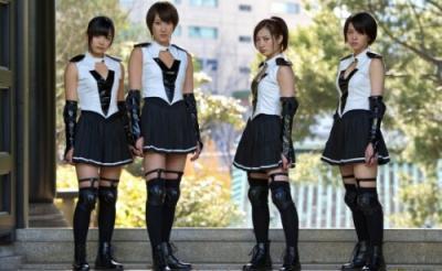 4人の美少女戦士が斬って蹴って闘いまくる! 胸熱のアイドルアクション『少女は異世界で戦った』