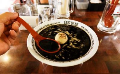 ステイサム兄貴をイメージした漆黒のスープ! あの名店が開発した「ハミングバードらーめん」を食べてみた