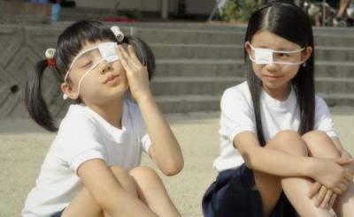 芦田愛菜ちゃんの眼帯姿が破壊力抜群! 誰もが経験した小学三年生の夏を描く行定勲作『円卓 こっこ、ひと夏のイマジン』
