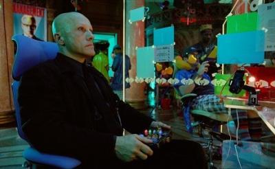 クリストフ・ヴァルツ&メラニー・ティエリー出演! テリー・ギリアム監督新作近未来映画の邦題は『ゼロの未来』