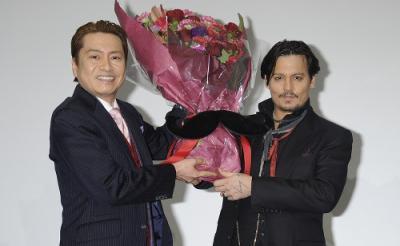 """ジョニー・デップと""""デップ声優""""平田広明が夢の2ショット! 「奇抜な格好なほど声をあてるのも大変」"""