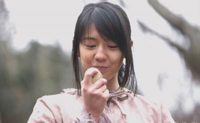 「dTV」オリジナルドラマ『進撃の巨人』配信決定! 芋を持つサシャ(桜庭ななみ)の姿も