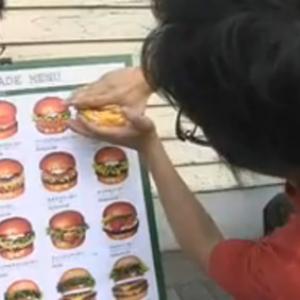 ある意味セロより凄い手品を披露! 看板からハンバーガーを次々と取り出す?