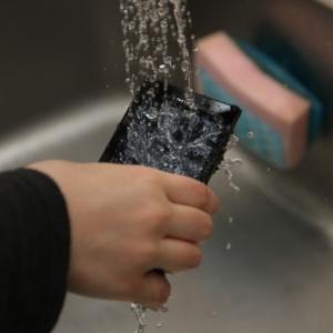 【動画】auのAndroid携帯REGZAフォン『IS04』をレビュー 防水機能を検証してみた