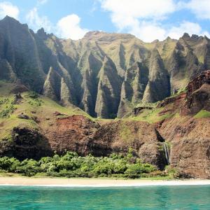 カウアイ島の断崖を海から見上げるボート・ツアー 映画好きにはたまらんスポットが満載だったぞ!