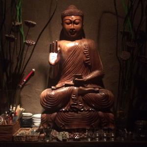 """ホルモンバーグに迫力のブッダチキン! 仏様の像がドーンと鎮座する広島の""""ブッダバー""""に行ってみた"""