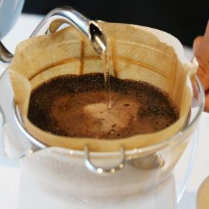 スタバのコーヒースペシャリスト実演! 本格派アイスコーヒーハンドドリップ体験