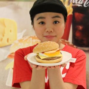 """【ひと先試食】""""北海道チーズ""""でリッチな味わいに! マクドナルドの『月見バーガー』に新メニューが仲間入り"""