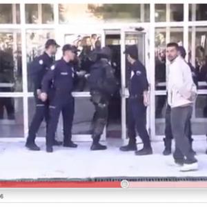 警察関係者がドアを蹴り開けようとするけど……