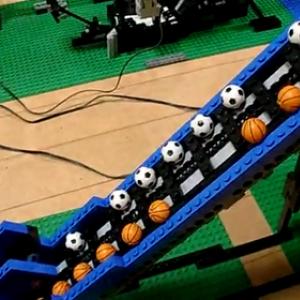 LEGOで1周7分の玉転がしを作った驚異の動画! 計20以上のモジュール