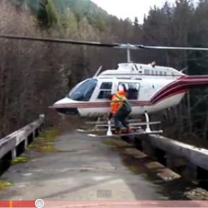 ありえない場所に着陸しているヘリコプター
