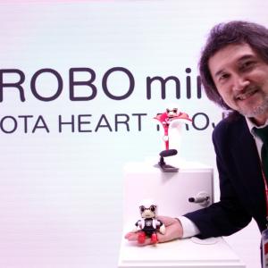 【東京モーターショー2015】「おこなの?」トヨタが手のひらサイズのコミュケーションロボット『KIROBO MINI』を参考出展