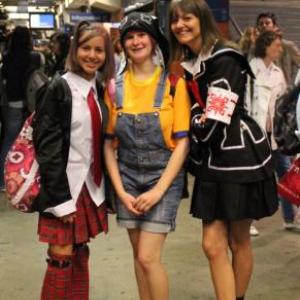 自宅から200キロ コスプレ姿でイベントに向かうフランスの少女たち