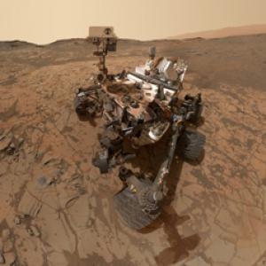 火星探査機のこういう自撮りってどうやって撮影してるの? もしや火星人が……!