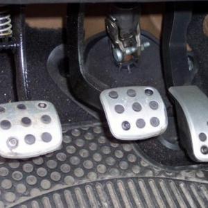 車の「左足ブレーキ」はアリかナシか大論争! 「私10年以上左足でブレーキ踏んでた テヘッ」