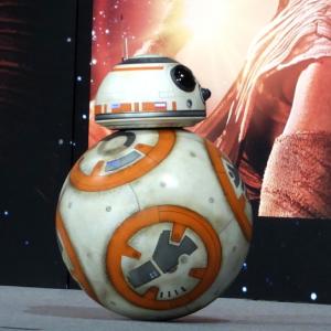 """『スター・ウォーズ』の""""BB-8""""にみんなメロメロ! 「動きがズルい」「こんなドロイドがいたら通勤が楽しい」"""