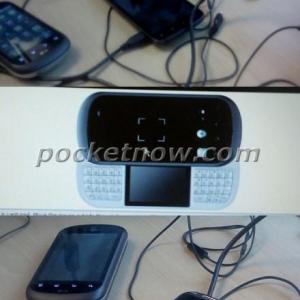 キーボード中間にサブディスプレイを搭載するLGのスライド端末の画像がリーク、米T-Mobile向けLG Flip 2?