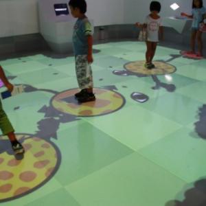 子どもが走り大人も踊る!? 科学とゲームがコラボする日本科学未来館の新感覚展示『アナグラのうた~消えた博士と残された装置~』レポート