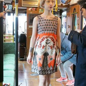 路面電車がファッションショーの舞台に!? 不思議系ブランド『pays des fees』新コレクションが奇抜すぎた [オタ女]