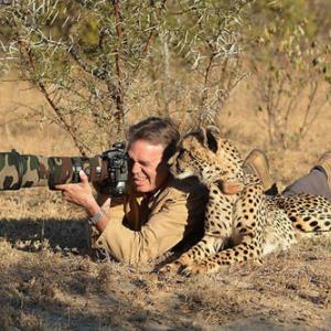 【画像】大自然に溶け込みすぎてしまった動物写真家たち ヒグマはヤバいって!