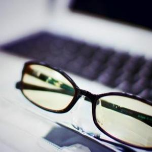 トッププログラマーも愛用するブルーライトカットのメガネとは?