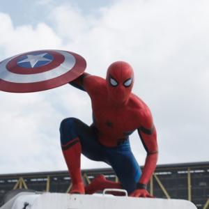 """【動画】スパイダーマンがキャプテン・アメリカの盾を""""蜘蛛の巣""""キャッチ! 『シビル・ウォー』最新情報"""