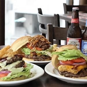 アメリカンサイズの復刻バーガー2種が期間限定で復活! 『TGI フライデーズ』