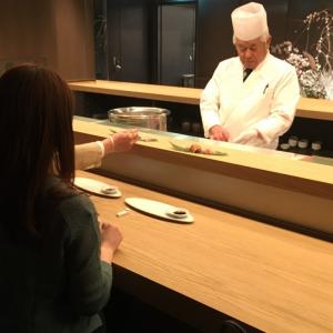 ここがカラオケなの!? 店内に寿司カウンターも! ホテルみたいな『CHECK room service』に行ってみた