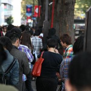 『iPhone4S』発売日前日からソフトバンク表参道店には既に並んでいる人が出現 auもイベント開催