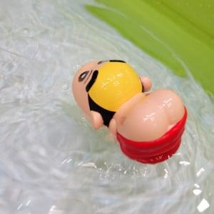 """【東京おもちゃショー2016】『クレヨンしんちゃん』25周年を記念して""""ケツだけ星人""""が泳ぐおもちゃ登場"""