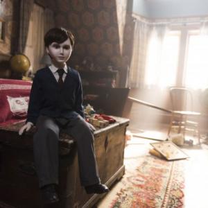 """【ルール破りすぎィ!】""""その人形""""の扱いを間違えてはいけない……『ザ・ボーイ 人形少年の館』予告編[ホラー通信]"""