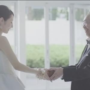 """【動画】ありったけの愛情をつめ込んで…… ウェディングドレス姿の娘に父親が渡した""""サプライズ""""とは"""