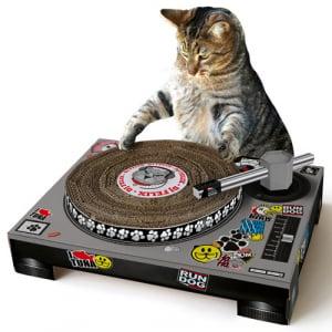 うちのネコがDJに!? ターンテーブル型爪とぎ『Cat Scratch Turntable』