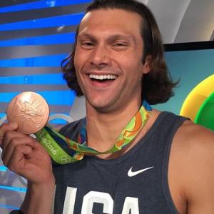 病気を克服したアメリカ人メダリスト「約束通りメダルをうpするぜ! サイズ比較用にバナナも用意した」