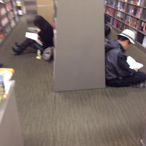 韓国の本屋は座り読みが常識? コーヒーを持ち込んでくつろぐ者まで