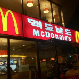 韓国のマクドナルドでプルコギバーガーと言うのを食べてみた しかし店内にゴミ多すぎ