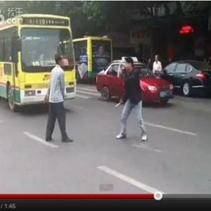 公安警察が出動! 中国人同士がナイフでストリートファイト