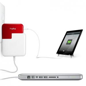 『MacBook』の電源アダプターにUSB出力をプラス! 画期的なアタッチメント『PlugBug』