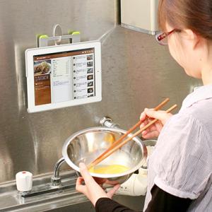 壁掛け+スタンド+ハンドル! キッチンから外出までOKな多機能『iPad 2』ケース